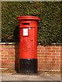 SZ0095 : Broadstone: postbox № BH18 39, York Road by Chris Downer