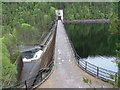 NH2727 : Hydro dam at Loch Beinn a' Mheadhoin by Dave Fergusson