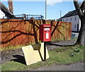 TL0633 : Elizabeth II postbox on High Street, Pulloxhill by JThomas