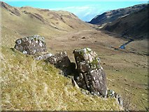 NM8509 : Rock feature in Gleann Domhain by Patrick Mackie