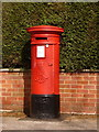 SZ0095 : Broadstone: postbox № BH18 39, York Road by Chris Downer