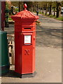 SY6990 : Dorchester: postbox № DT1 85, South Walks Road by Chris Downer