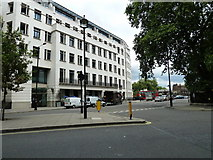 TQ2879 : Looking from Grosvenor Gardens towards Buckingham Palace Gardens by Basher Eyre