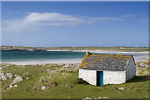 NR3587 : Small bothy on Oronsay by Tom Richardson