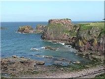 NT6779 : Rocky beach at Dunbar by Russel Wills