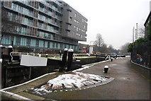 TQ3681 : Regents Canal - Salmon Lane Lock by N Chadwick