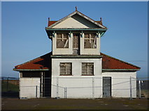 NT6779 : East Lothian Architecture : The Disused Pavilion at Winterfield Park, Dunbar by Richard West