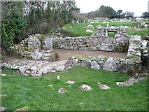 SW4028 : Remains of Iron-Age house, Carn Euny by Humphrey Bolton