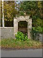 NS2487 : Old entrance to grounds of Shandon House by Lairich Rig