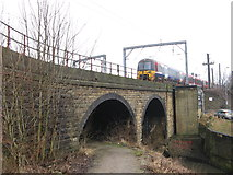 SE1537 : Train Approaching Shipley Station by Stephen Armstrong