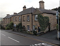 SK2168 : Heart-shaped clump of ivy on Pudding Cottage, Bakewell by Jaggery