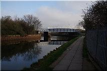 TQ3783 : Rail bridge over the River Lea by Ian S