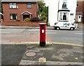 SJ9593 : EIIR Postbox SK14 20 by Gerald England