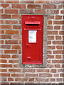 SK8074 : Upper Row, Dunham on Trent postbox, ref NG22 265 by Alan Murray-Rust