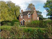 SU9947 : Lock keeper's cottage by Alan Hunt