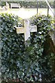 SU5332 : Cross in the Ivy by Bill Nicholls