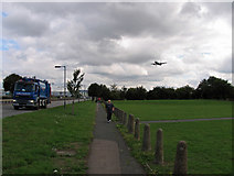 TQ0975 : Aeroplane approaching Heathrow runway 27L by Andrew Tatlow