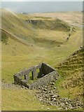 SO5977 : Ruined building in Titterstone Clee quarry by Alan Murray-Rust