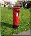 ST2986 : Queen Elizabeth II pillarbox, Dickens Drive, Newport by Jaggery