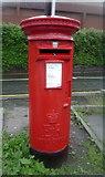 SJ8481 : Elizabeth II postbox, Wilmslow Railway Station by JThomas