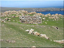 HP6613 : Circular enclosure on Hill of Clibberswick by David Purchase