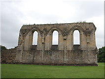 ST5038 : Ruin of the nave wall, Glastonbury Abbey by Bill Harrison