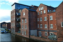 SO8554 : Apartments in former Albion Mill by the Worcester and Birmingham Canal by David Martin