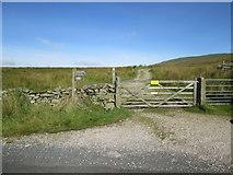 SD7983 : Pennine  Bridleway  heads  north by Martin Dawes
