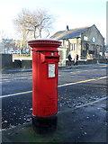 SD7328 : Elizabeth II postbox on Blackburn Road, Oswaldtwistle by JThomas