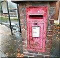 SJ9694 : E II R postbox (SK14 4) by Gerald England