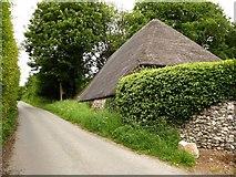 SU3477 : Thatched barn at Eastbury by Stefan Czapski