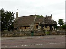ST8893 : St Saviour's Church, Tetbury, with lych gate and war memorial by Alan Murray-Rust