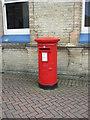 TF6220 : Elizabeth II postbox outside King's Lynn Railway Station by JThomas