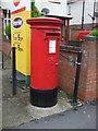 TF6320 : Elizabeth II postbox on Wootton Road, Gaywood by JThomas