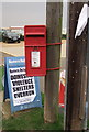 TF6636 : Elizabeth II postbox on South Beach Road, Heacham by JThomas
