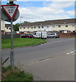 ST3487 : ILDIWCH/GIVE WAY sign at the edge of Broadmead Park, Newport by Jaggery