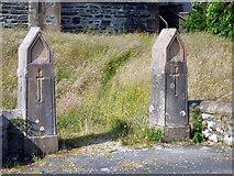 NS0767 : St Ninian's Church gatepiers by Thomas Nugent