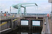 ST1972 : Bascule bridge, Cardiff Bay Barrage by M J Roscoe