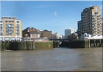 TQ3680 : River Thames: Limehouse Basin Entrance by Nigel Cox