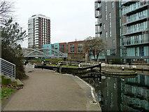 TQ3681 : Salmon Lane Lock, Regent's Canal by Robin Webster