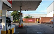 ST5972 : Shell petrol station on York Road, Bristol by David Howard