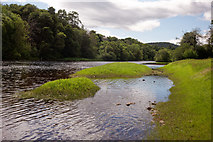 NH5043 : Edge of the River Beauly by Julian Paren