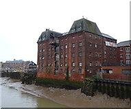 TA1029 : Warehouse beside the River Hull, Hull by JThomas