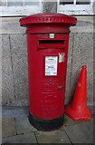 SS6593 : Elizabeth II postbox, Swansea Railway Station by JThomas