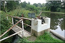 SU9946 : Weir control at Unstead Lock by Graham Horn